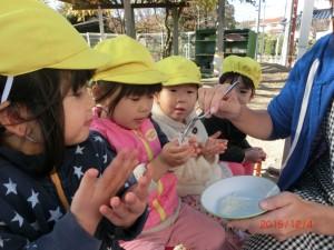そらぐみさん(2歳児)ももち米の試食!!「おかわりくーだーさーい」の声がたくさんでした。