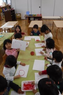 「これなーんだ?」「耳こちょこちょするやつだ~」となんでここにこれがあるの?と不思議顔の子どもたち。筆ではなく綿棒を使って絵の具を楽しみました♪「描きやす~い」と何枚も何枚も描いていました。