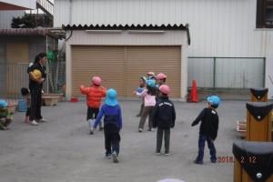 今週は実習生が来ています!一緒に体を動かし、寒さなんてへっちゃらの子どもたち。笑い声が響いていた園庭でしたよ♪
