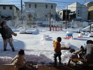 雪の様子を見に出たのに、雪合戦が始まりました