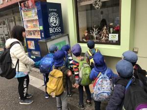 商店街は、あちらこちらクリスマスの飾りがきれいにほどこされていて、歩いているだけでうきうきしてきます。 お店の中の飾りに興味をもった子供達。